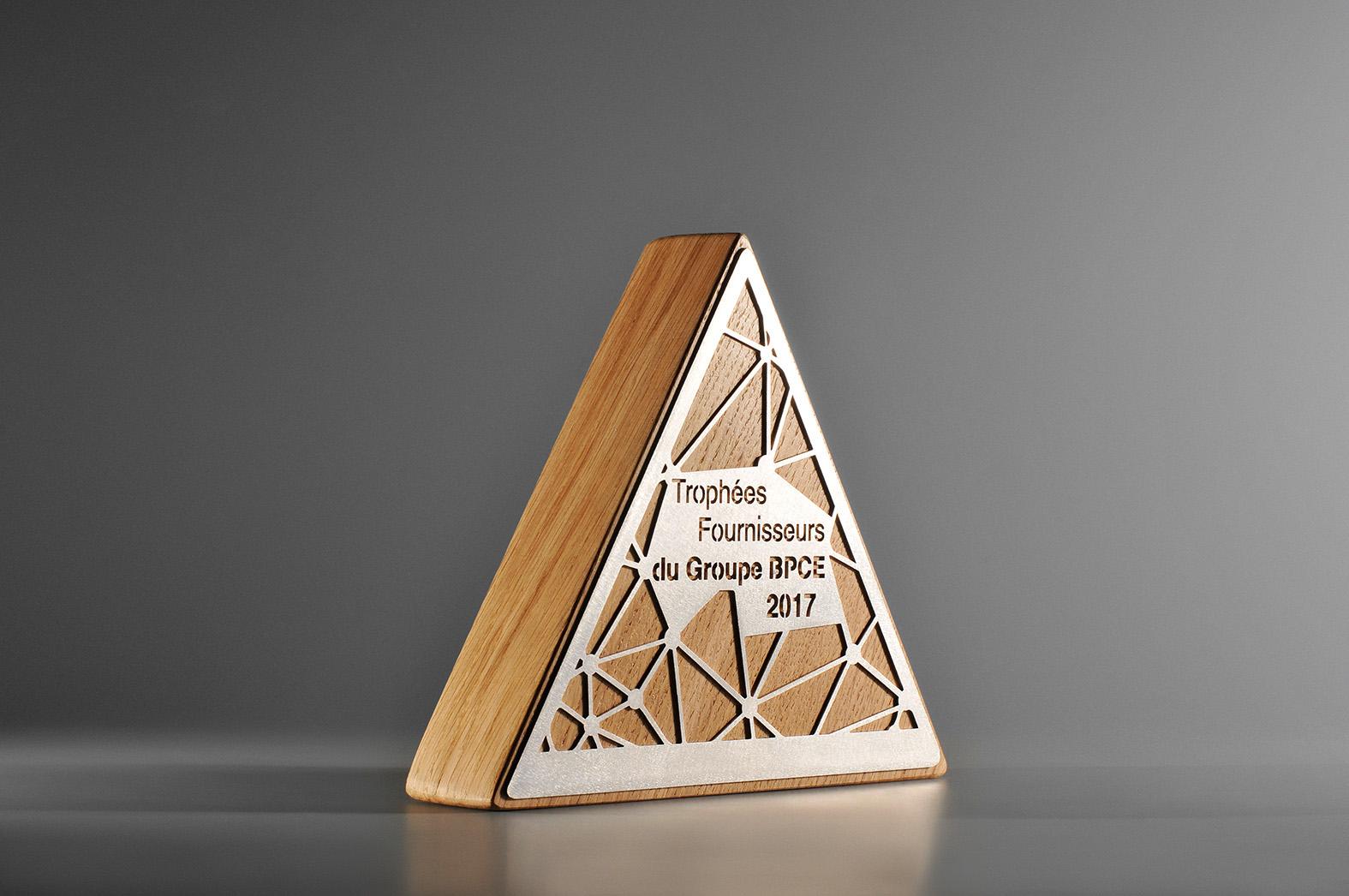 b25 troph e triangle en bois et m tal artempo. Black Bedroom Furniture Sets. Home Design Ideas